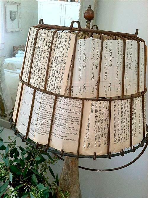 Lámpara con hojas de libros