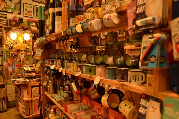 Objetos en la librería Elephant Bookstore, en Sofía.
