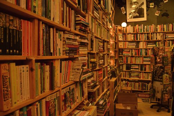 Libros en los estantes de la librería Elephant Bookstore, en Sofía.