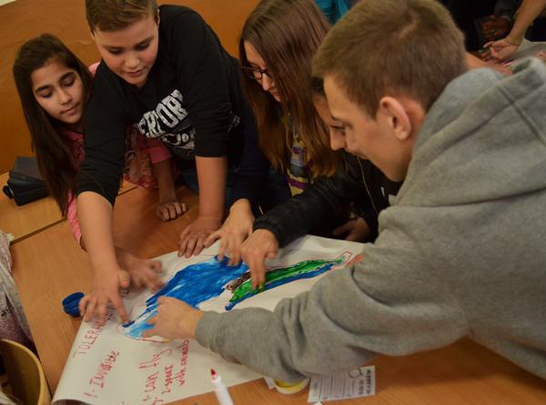 Alumnos trabajando en el mapa de la tolerancia