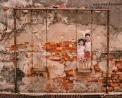Mural de arte urbano en una pared de las calles de George Town, en Malasia.