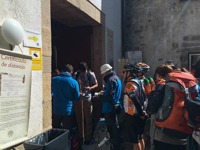 Cola en Santiago para conseguir el certificado del Camino de Santiago.