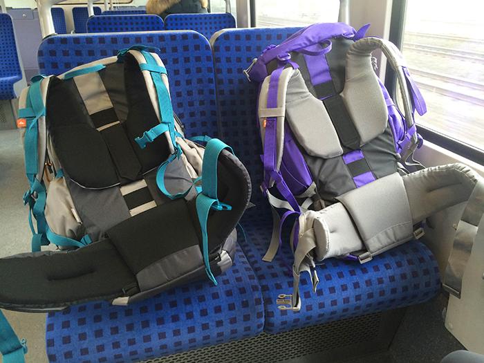 Mochilas en un tren durante el Interrail