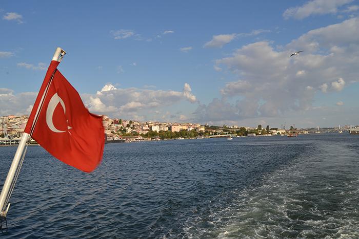 Vista del Bósforo desde un ferri público en Estambul.