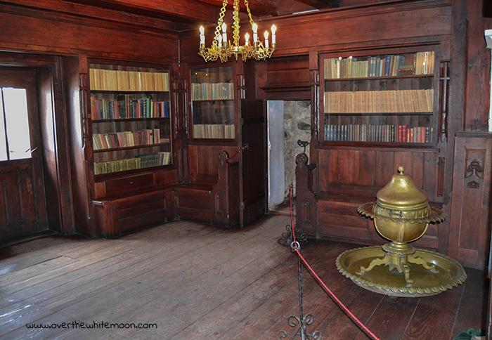 Biblioteca en el interior del Castillo de Drácula, en Rumanía.